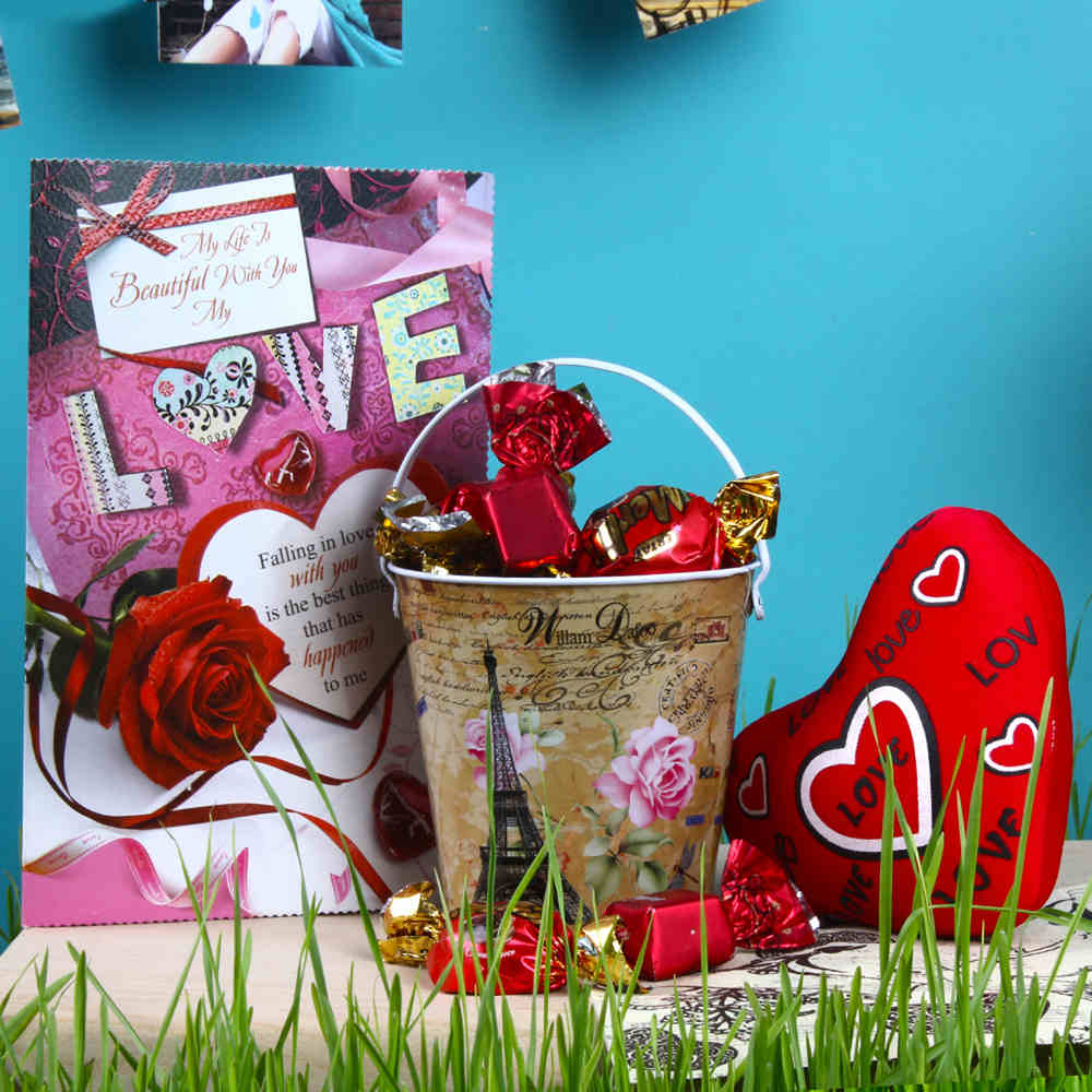 Valentine Hampers-Love Greeting with Small Heart and Imported Toffees